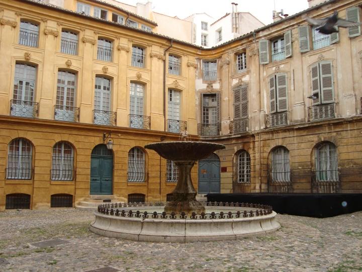 Otra fuente, y edificios.