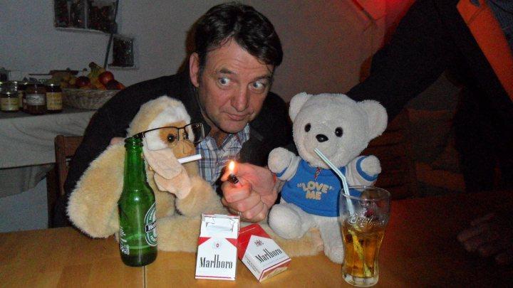 Geoff, Monkey y Martincito haciendo diabluras