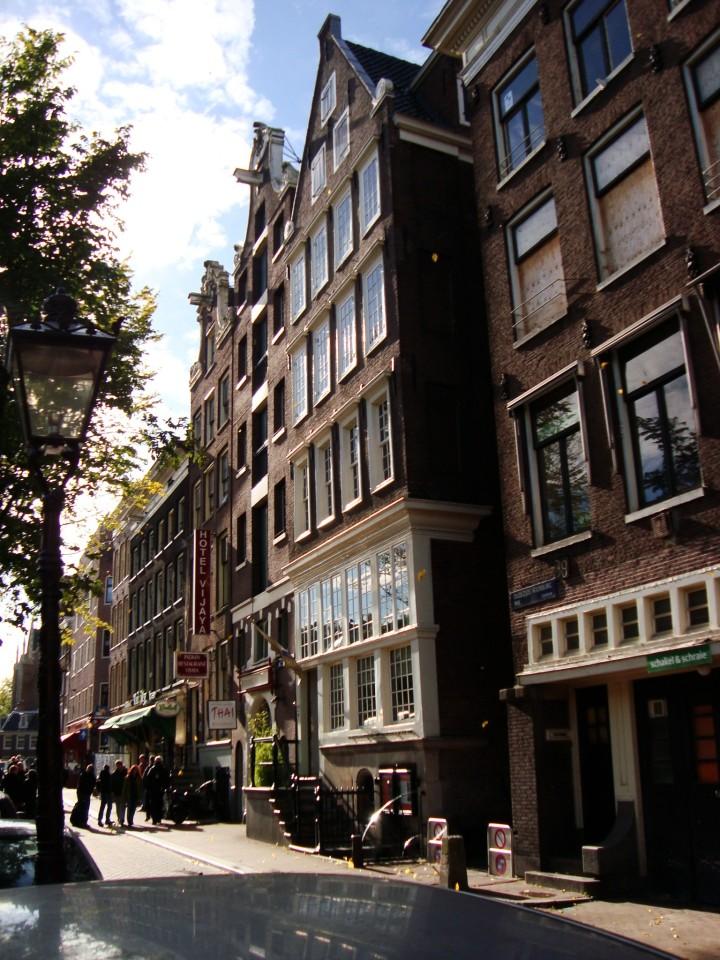 La casa se encuentra en el número 40 de la calle Oudezijds Voorburgwal, cerca del Barrio Rojo y de Damstraat.