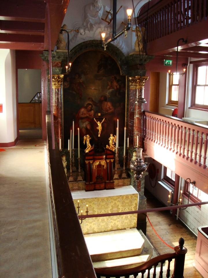 Iglesia católica en la buhardilla de una casa