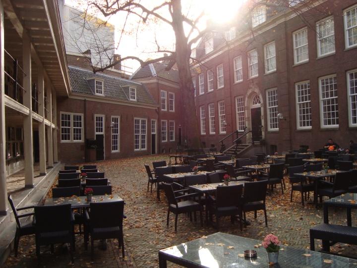 El bar del Amsterdan Museum, un buen plan para hacer una parada un día con sol.