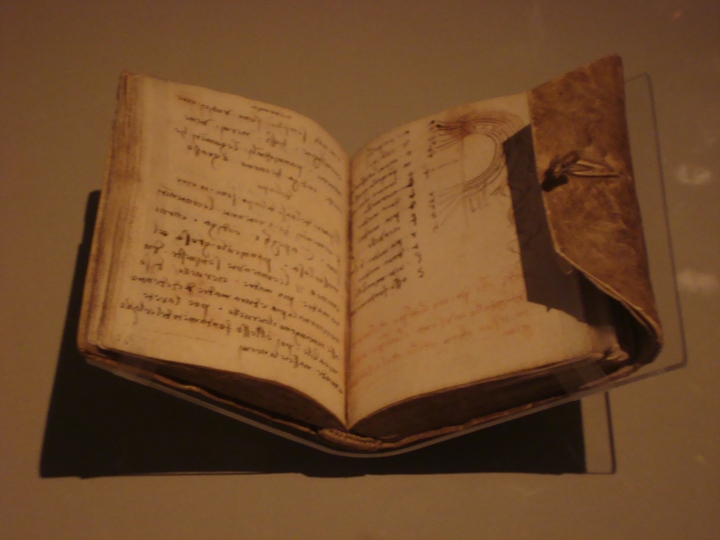 Notebook de Leonardo Da Vinci. Juro que decía eso. ¿No es increíble ver lo que ese hombre escribió de su puño y letra, tantos años después?