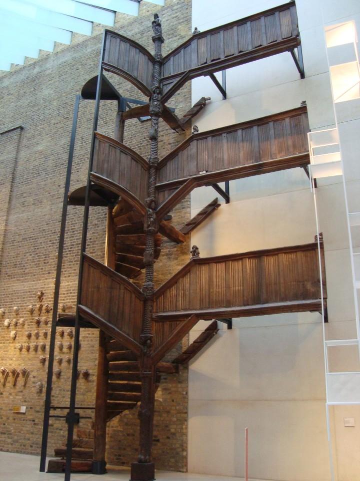 Escalera de madera, 3 pisos. Estas piezas hacían para un hogar, por ejemplo.
